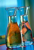 Karaffen mit Wein und Wasser, Kreuzfahrtschiff AIDA, Karibik, Amerika
