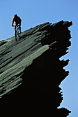 Mann fährt mit dem Mountainbike, MTB Tour in Lanzarote, Kanarische Inseln, Spanien