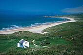 Küstenlandschaft und Strand unter Gewitterwolken, White Park Bay, Antrim, Nordirland, Grossbritannien, Europa