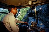 Postbus mit Fahrer, Wallis Schweiz