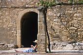 Frau liest Buch, Kloster Arkadi, Kreta Griechenland