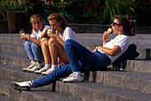 Jugendliche, Seepromenade Ueberlingen Bodensee, Deutschland