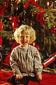 Kind vor Weihnachtsbaum, People