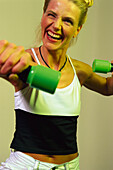 Frau beim Hanteltraining, Fitness