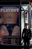 Polizist neben Playboy-Plakat, Paris Frankreich