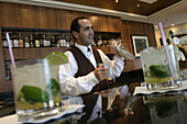 Queen Mary 2, Barkeeper Miguel Queens Grill Loung, Queen Mary 2, QM2 Barkeeper Miguel in der Queens Grill Lounge.