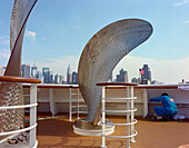 Manhattan skyline and ships screw, as a replacement, Queen Mary 2, New York, USA