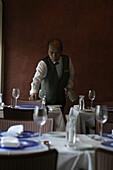 Queen Mary 2, Waiter from Kings Court Restaurant, Queen Mary 2, QM2 Kellner beim Eindecken im La Piazza Teil des Kings Court Restaurants. Buch S. 151