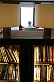 Queen Mary 2, The board library on deck 08, Queen Mary 2, QM2 Die Bordbibliothek im vorderen Teil des Schiffes auf Deck 08 bietet eine herrliche Aussicht. Buch S. 171