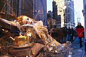 Schaufensterpuppe und Spiegelung im Schaufenster, Bergdorf Goodman, Fifth Avenue, Manhattan, New York, USA, Amerika