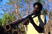 Einheimischer George spielt Didgeridoo, Weemol, Arnhemland, Northern Territory, Australien