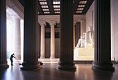 Mann reinigt den Boden, Abraham Lincoln Memorial, Washington D.C. Columbia, USA