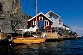 Haus am Sund, Fischerschuppen, Boot in Kyrkesund, Insel Tjoern Bohuslaen, Schweden