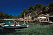 Wirt fischt frischen Fisch, Restaurant, El Bigote, Cala Mastella Ibiza, Balearen, Spanien