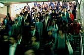 Passanten stroemen durch den U-Bahnhof, Shinjuku Tokyo, Japan