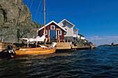 Haus am Sund, Fischerschuppen, Boot in Kyrkesund, Insel Tjoern Bohuslan, Schweden