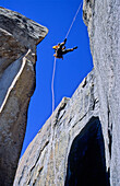 Abseiling to entrance of Lost Arrow Spire, Big Wall Klettern, Lost Arrow Spire, Yosemite Valley, California, USA