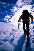 Mann beim Aufstieg, Skitour