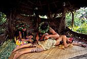 Junge Frau wird taetowiert, Tiki Theatre Village Moorea, Franzoesisch-Polynesien