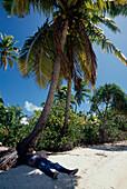 Mann Relaxed unter Palmen, Aituaki Lagune Cook-Inseln