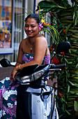 Frau mit Moped, Papeete, Tahiti Franzoesisch Polynesien