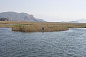 Wegweiser im Schilf, Dalyan Fluss, Antalya, Türkische Riviera, Türkei