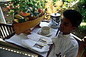 Kellner serviert Obstschale, Mauritius Indischer Ozean, Afrika