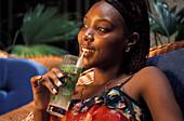 Junge Frau mit Mojito Drink im Hotel Florida, Havanna, Kuba, Karibik, Amerika