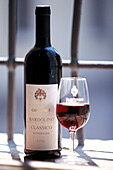 Bardolino-Wein, Flasche und Glas, Gardasee, Trentino, Italien