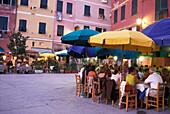 Street cafe, Square of Vernazza, Vernazza, Cinque Terre, Liguria, Italia