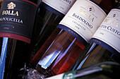 Weinflaschen, Nahaufnahme, Bardolino-Wein, Bardolino, Verona, Italien