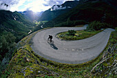 Eine Person beim Mountainbiken, Paßstraße, Strynefjellweg, Norwegen