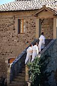 Drei Mönche gehen ins Kloster, San Antimo, Montalcino, Toscana, Italien