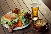 Big Steak Sandwich u. Foster´s Bier, Restaurant Outback Muenchen, Bayern, Deutschland