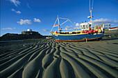 Fischerboote bei Ebbe, Cobo Bay, Guernsey Kanalinseln, Grossbritannien