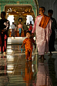 Nun in robes with small child, barefeet, Nonne mit Kind, Kuthaw Daw Pagode, Mandalay
