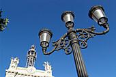 Strassenlaterne und historisches Gebäude unter blauem Himmel, Valencia, Spanien, Europa