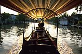 Mit dem Longtail-Boot durchThonburi, Bangkok Thailand