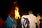Young people at midsummernight fire, Upper Bavaria, Jugendliche bei Johannisfeuer, Oberbayern, Deutschland