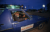 Local character, in car, Lightning Ridge, Australien, NSW, Local. Old opal miner, character, The town known as The Ridge is near the Queensland border. Locals live an alternative bush lifestyle