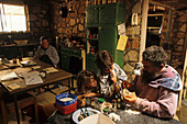 Al Ladd opal miner and his kids, Mintabie, Australien, South Australien, Al Ladd is an opal miner living in his stone house at Mintabie, an opal mining settlement on Aboriginal Land near Marla on the Stuart Highway Al Ladd von Minatbie Opalsiedlung 35 kil