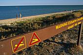 Crocodile warning sign, Karumba, Australien, Australia, Qld, Warning sign on the beachfront as estuarine crocodiles infest the Gulf of Carpentaria Warnschild wegen Leistenkrokodile
