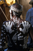 Aborigine, Körperbemahlung, Handabdrück, Laura Dance Festival,Tanzfest der Aborigines, Kap York Halbinsel, Queensland, Australien