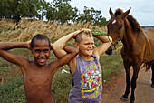 Friends, Seisa, Cape York, Qld, Australien, Queensland, Ronald and Tyrell and their horse Cindy, small town on Cape York Peninsula, Freunde mit Pferd Cindy