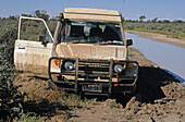 Four-wheel drive stuck in the mud, Australien, outback, Four wheel drive bogged in the mud on the Strzelecki Track South Australia, im Matsch steckengeblieben