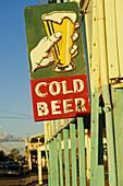 Pub sign, Cold Beer, Matilda Highway, Australien, Queensland, Maltilda Highway, Hauptstrasse mit Hotels, Barcaldine, Historical town on the Matilda Highway, birth of the Labor Party