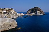 Blick auf Felsen und die Hafenstadt Sant Angelo, Ischia, Kampanien, Italien, Europa
