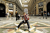 Boy plays accordion, Galleria Umberto, Napoli, Neapel, Galleria Umberto mit Kind, Strassenmusikant