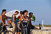 Teenager, mit Papagei, Miami Beach Florida, USA