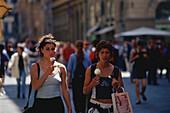 Italienerin beim Eisessen, Florenz, Toskana Italien